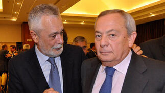 José Antonio Griñán y el ex ministro de Economía Carlos Solchaga.  Foto: Juan Carlos Vázquez / Belén Vargas/ Manuel Gómez