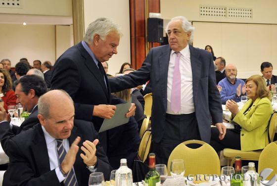 Enrique Ruiz, presidente de Laboratorios VIR, saluda a Felipe González, en presencia de Manuel Chaves.  Foto: Juan Carlos Vázquez / Belén Vargas/ Manuel Gómez