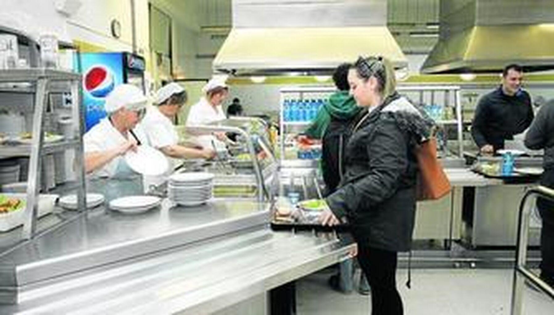 Unos 300 menús salen de los fogones del comedor