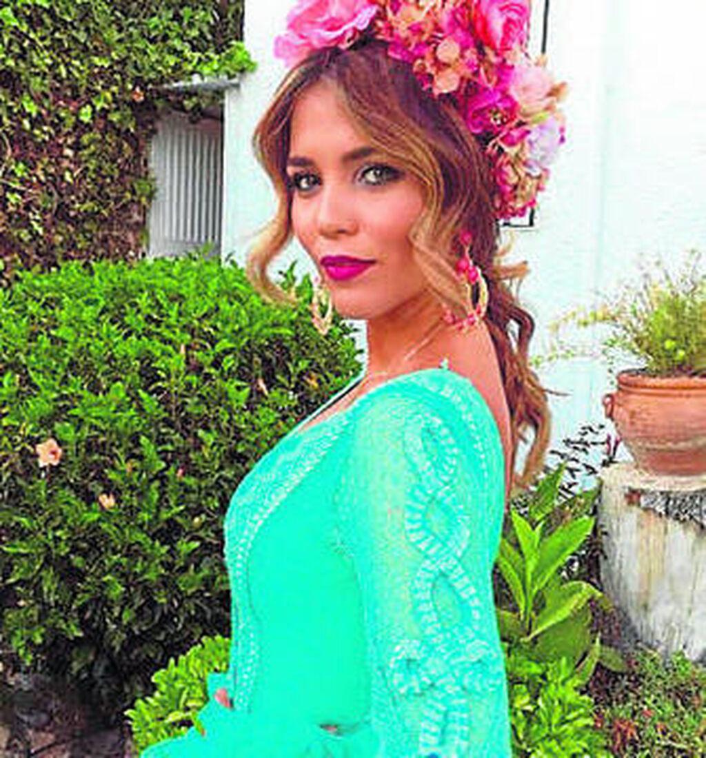 La novia de David Bisbal pasea vestida con un traje de gitana