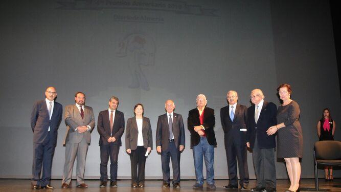 Autoridades y premiados compartieron escenario en la recta final de la Gala de Diario de Almería con motivo del noveno aniversario, minutos antes del inicio del concierto de la Orquesta Provincial de Málaga.