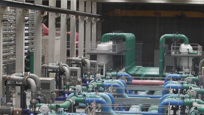 Interior de la planta en la que se realiza la última fase de desalación.