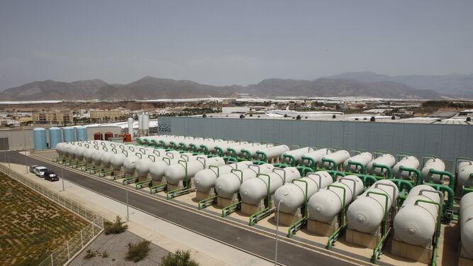 Panorámica de las instalaciones de filtrado inicial del agua de la desaladora del Campo de Dalías.