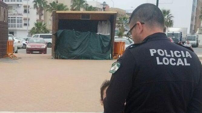 Un policía local informa de la normativa a la dueña de dos perros.