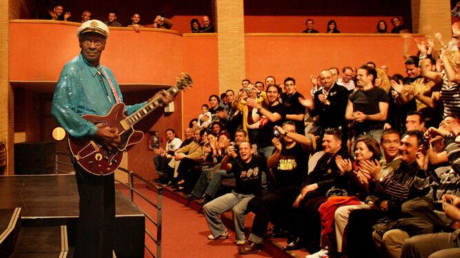 Chuck Berry en el escenario del Auditorio con el público entregado desde el primer momento.