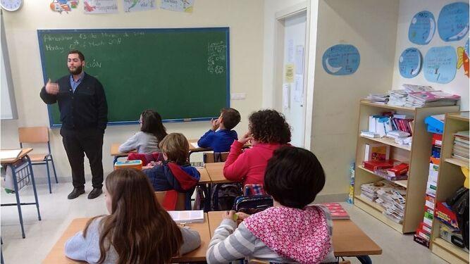Un seminarista en uno de los colegios.