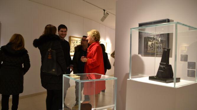 La teniente de alcalde, Eloisa Cabrera en la sala Luis María Ansón viendo la exposición del grupo El Paso.