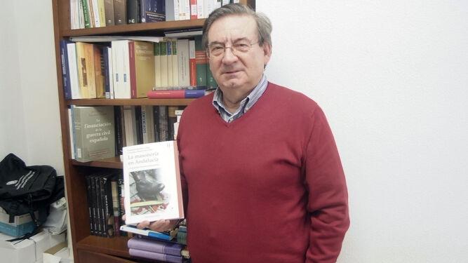 Fernando Martínez López en su despacho de la UAL con el libro.