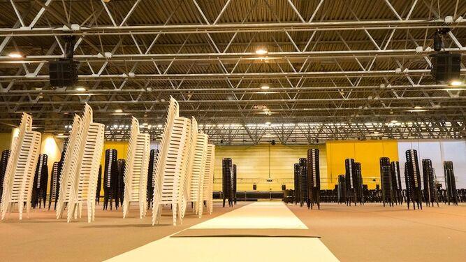 El Palacio de Congresos y Exposiciones de Aguadulce congregará a más de de 5.000 asistentes. Hasta ayer se estaban colocando sillas.