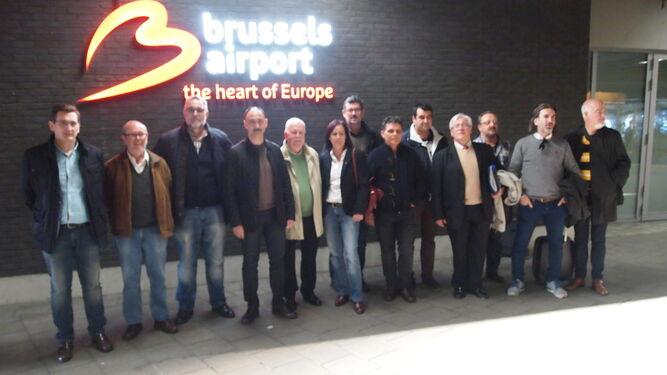 La delegación almeriense, con los integrantes de la Mesa del Ferrocarril y representantes de PSOE e Izquierda Unida, a su llegada al Aeropuerto Internacional de Bruselas.