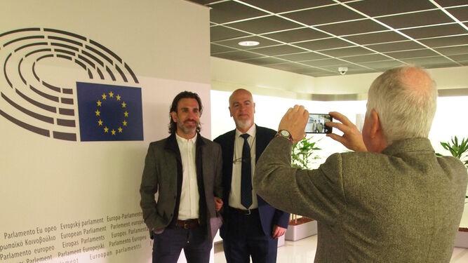 David Siles y Juan Antonio Tapias, del sindicato UGT, en el Parlamento.