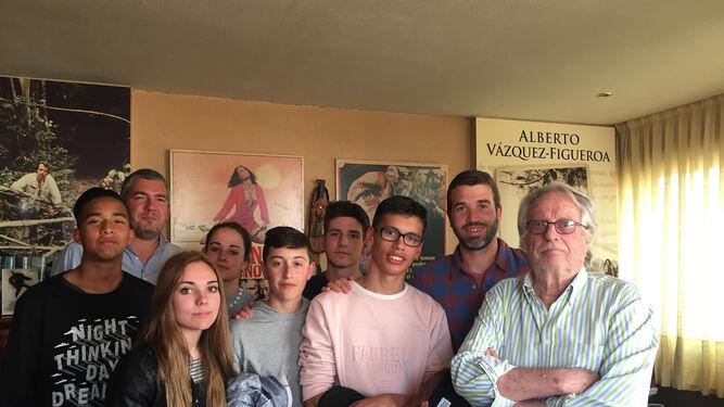 Alberto Vázquez-Figueroa con los alumnos del IES Río Aguas de Sorbas.