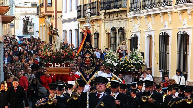 Tabernas cierra la Semana Santa con la procesión de Cristo Resucitado y Nuestra Señora de Fátima.