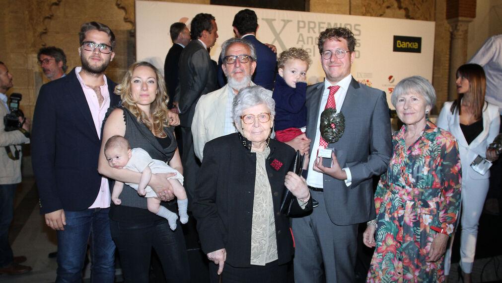 Guillermo Mínguez, con el premio, posa al término del acto con su familia.