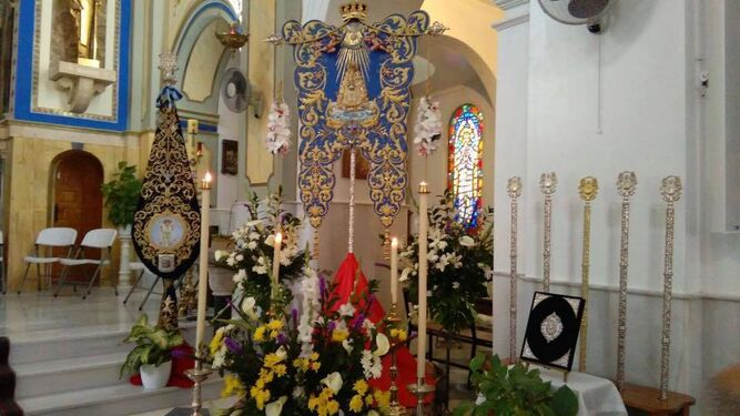 El Simpecado de la Hermandad del Rocío de Garrucha expuesto en la Iglesia de San Joaquín.