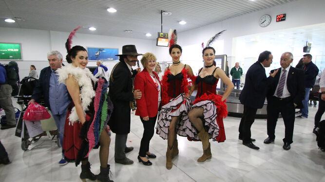 Llegados directamente del Oasys Minihollywood, los turistas fueron recibidos con música y bailes del Oeste.