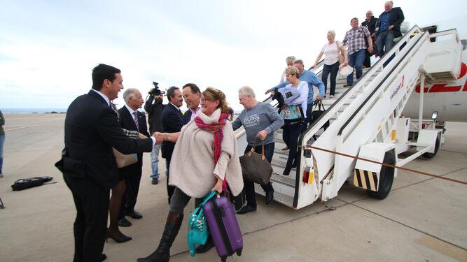 Las autoridades provinciales recibieron a pie de pista a los pasajeros del primer vuelo procedente de Edimburgo.