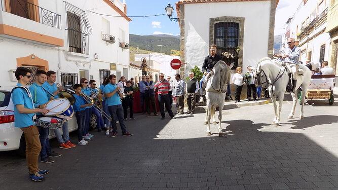 Las carrozas y jinetes dan colorido  y vistosidad a la fiesta de San Isidro