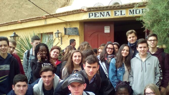 Alumnos del instituto en uan visita a la Peña El Morato.
