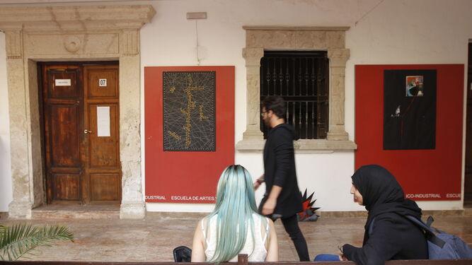 Aspecto del patio central de la Escuela de Arte con algunas de las obras expuestas.
