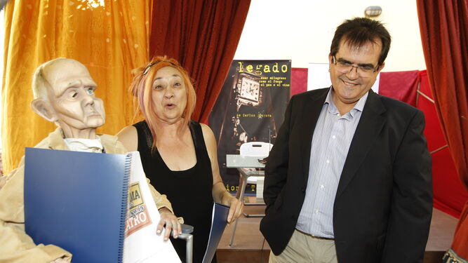 Gloria Zapata y Carlos Góngora, fundadores de Axioma, recogiendo un premio.