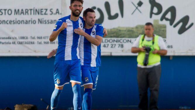Molo levanta el puño celebrando un gol con un compañero y en la foto superior Dani Romera posa ante la cámara.