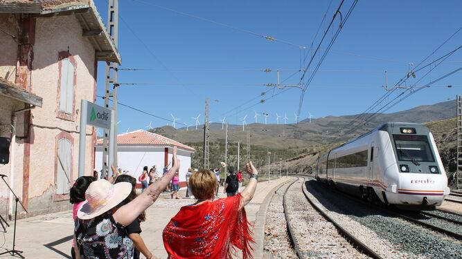 Los vecinos acompañan a la Virgen de Fátima a saludar al tren procedente de Granada.