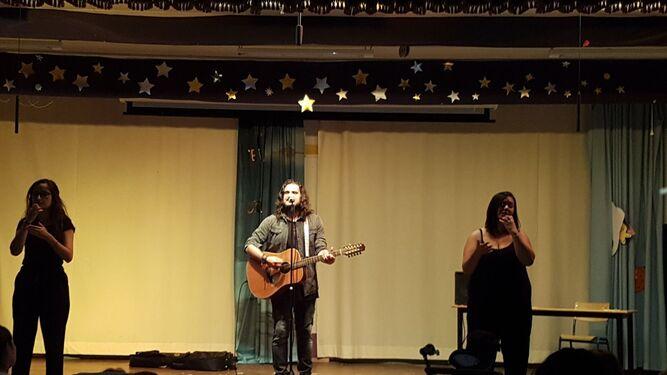 El cantautor durante la actuación.