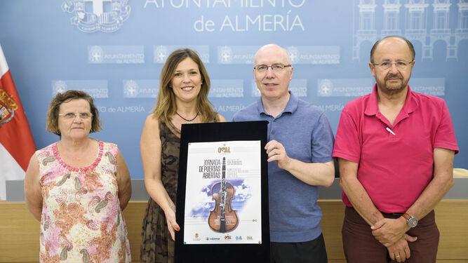 La concejala de Cultura, Ana Martínez Labella con Michael Thomas, Mercedes Oliver y Francisco García.