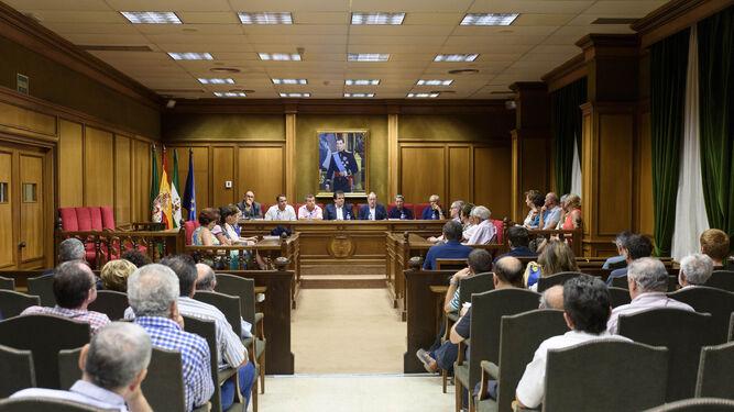 El salón de plenos se llenó de publico en la presentación del libro.