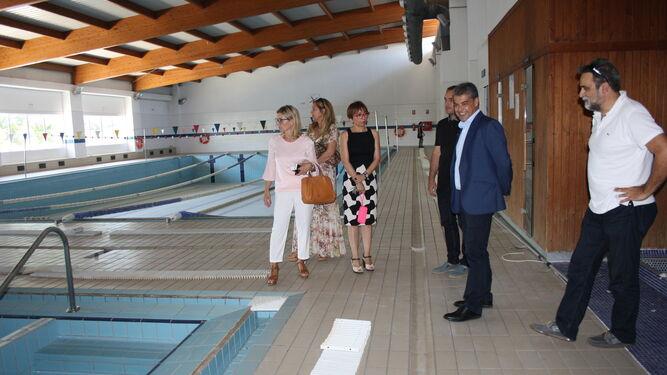 Carmelo Rodríguez durante la visita a las obras que se desarrollan en la piscina del centro deportivo.