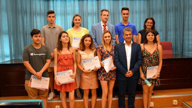 El rector, Carmelo Rodríguez, junto a los alumnos premiados en las Olimpiadas de Matemáticas.