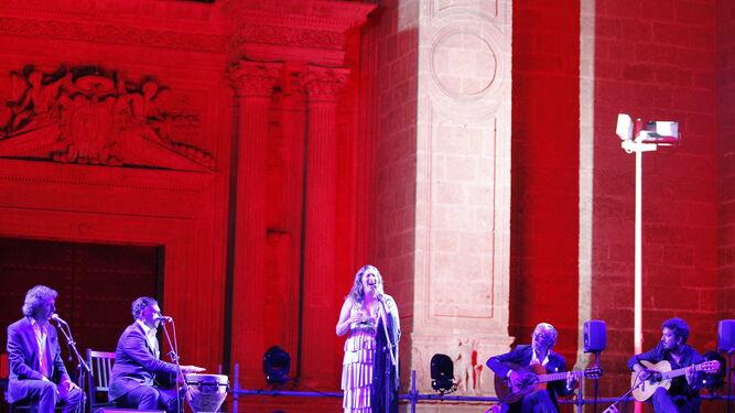 La cantaora granadina Estrella Morente durante su gran actuación el sábado en la Plaza de la Catedral.