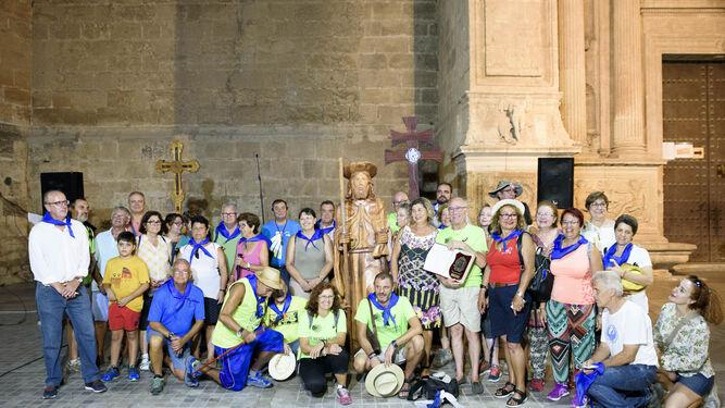 Los peregrinos que andarán desde La Cañada hasta Caravaca de la Cruz (Murcia) en la plaza de la catedral de Almería.