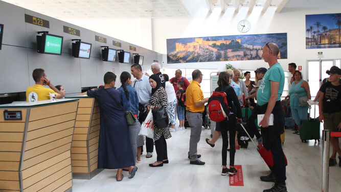 Decenas de viajeros en la terminal de facturación del Aeropuerto de Almería