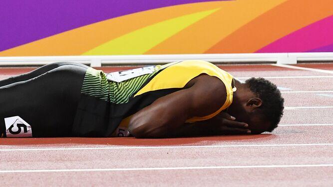 Bolt se lamenta tras su lesión.