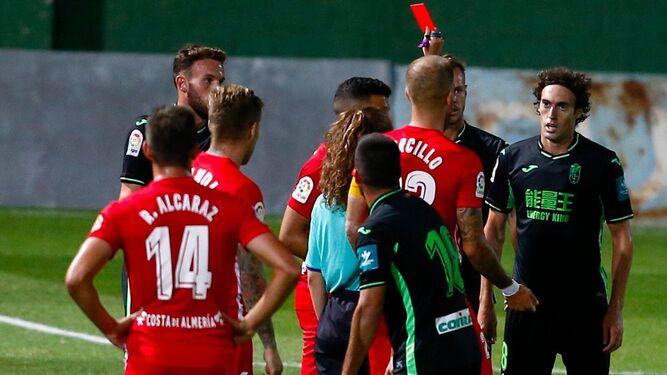 El árbitro expulsa al granadinista Baena.