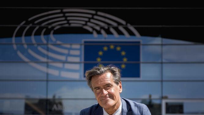 El eurodiputado y exministro López Aguilar, sentado en una silla a las puertas del Parlamento Europeo.