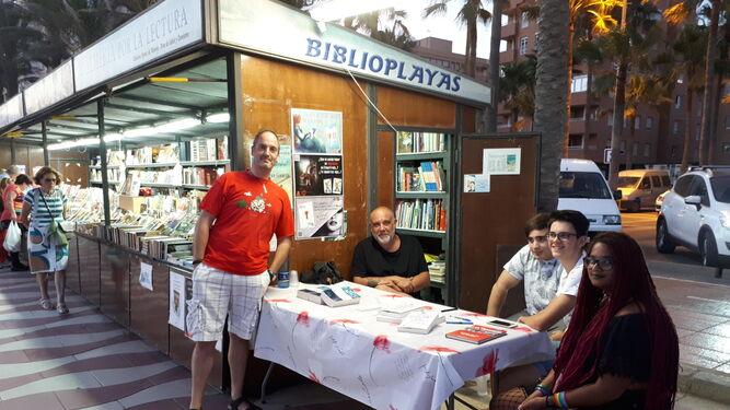 María José Padilla y Marian Rivas, participando en la Biblioplaya en el Paseo Marítimo.