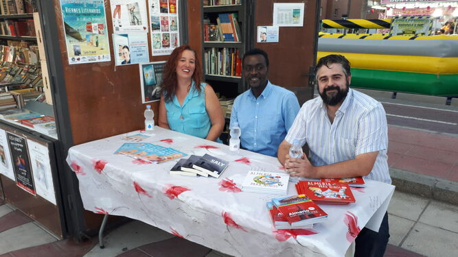 Óscar Fábrega con dos alumnos del IES Carmen de Burgos.