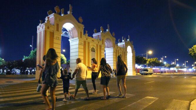 La portada de Feria lució anoche apagada en señal de luto con la tragedia de Barcelona.
