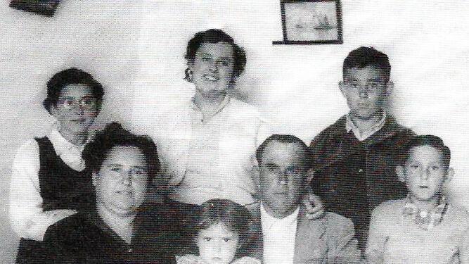 Foto de familia del autor donde aparece siendo un niño.