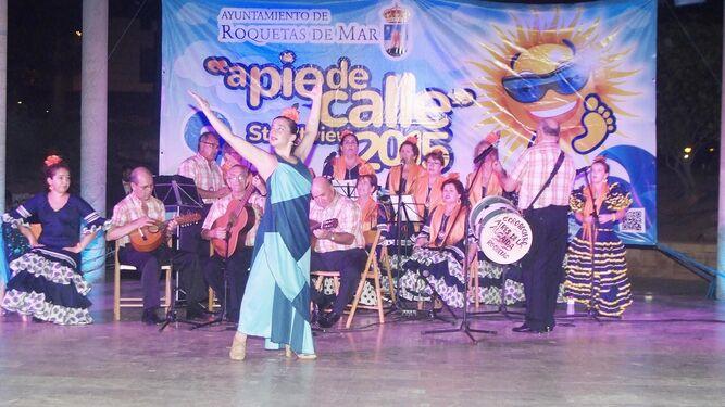 Coro Rociero 'Aires de la Algaida' que también actúa esta noche en el Anfiteatro de Roquetas.