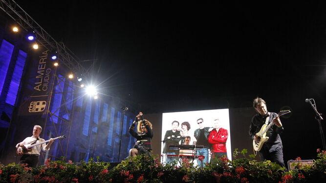 Los componentes del grupo animaron a cantar y a bailar con su repertorio musical.