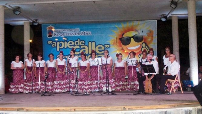 Coro 'Aires de la Algaida' con la bailaora Mariquilla la Terremoto.