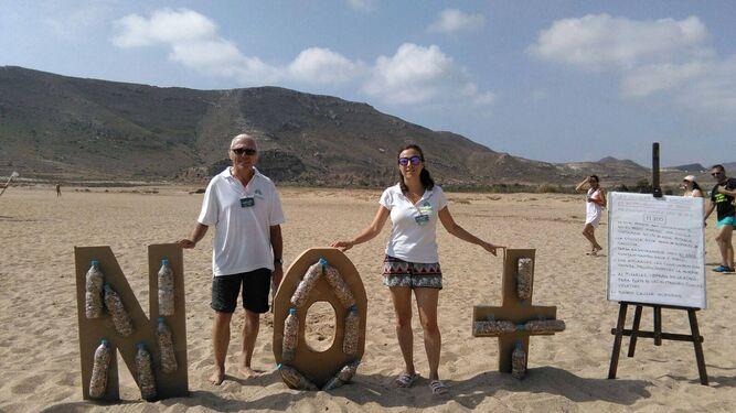 Los educadores de la campaña en El Playazo llevan en esas botellas las más de 11.000 colillas que han ido recogiendo por la playa.