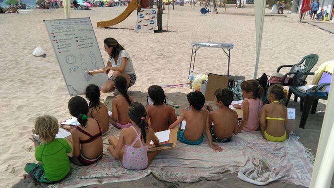 Un grupo de niños en uno de los talleres infantiles. En este caso en el Playazo.
