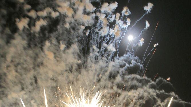 Una despedida piromusical con la magia de los fuegos artificiales en el Espigón