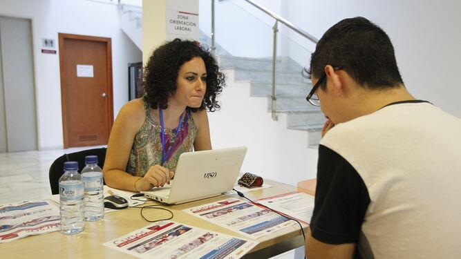 Más de un centenar de jóvenes de entre 16 y 30 años, inscritos en el Sistema de Garantía Juvenil, ha pasado por la I Feria .