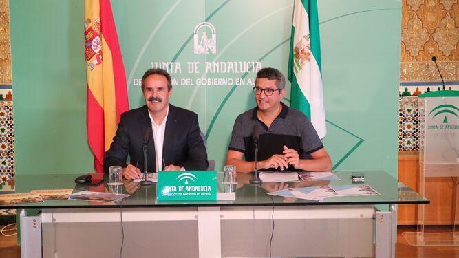 El delegado de Cultura, Alfredo Valdivia, acompañado de Arturo del Pino presentando ayer las actividades de la Alcazaba.